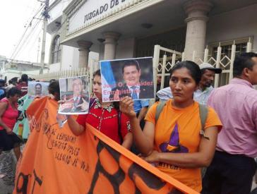 COPINH-Protest vor dem Gerichtsgebäude bei der Vorverhandlung in Honduras