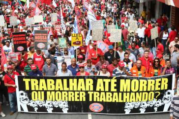 """Gewerkschaften mobilisieren Widerstand gegen den Rückbau der Sozialversicherung in Brasilien. """"Arbeiten bis zum Tod oder sterbend arbeiten?"""""""