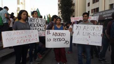 """""""Über die Abtreibung entscheide ich"""": Zahlreiche soziale Bewegungen und Frauenrechtsorganisationen sprechen sich für eine Entkriminalisierung des Schwangerschaftsabbruches aus"""