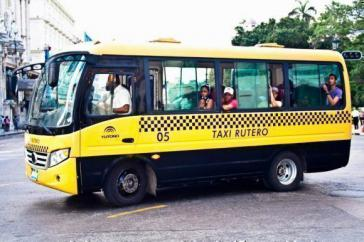 Fünf chinesische Kleinbusse sind derzeit als genossenschaftliche Sammeltaxis in Havanna, Kuba, unterwegs
