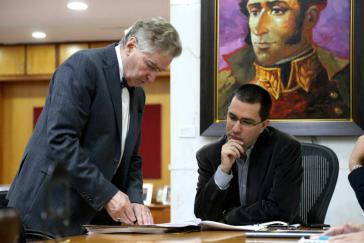 Der UN-Experte Alfred-Maurice de Zayas (links) mit dem Außenminister von Venezuela, Jorge Arreaza