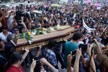 In Rio de Janeiro nahmen Tausende an der Beisetzung der ermordeten Aktivistin teil