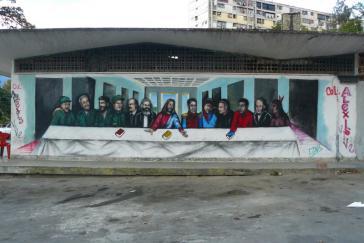 Mural in Caracas. Von links nach rechts: Marulanda (Farc), Fidel Castro, Che, Mao, Lenin, Marx, Jesus, Simón Bolívar, Alexis Gonzalez und Kley Gomez (ermordete Militante des Kollektivs Alexis Vive), Simón Rodríguez, Hugo Chávez, Guaycaipuro