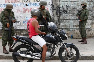 Das brasilianische Militär, hier bei einer Kontrolle in Rio de Janeiro, wird zu unrecht negativ gesehen, so ein General und ehemaliger UNO-Kommandeur