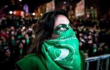 Eine Frauenaktivistin verfolgt die Parlamentsdebatte live vor dem Kongress von Argentinien