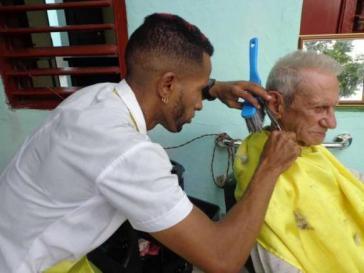 Auch für ihn gelten die neuen Regelungen: Ein Herrenfriseur (Barbero) auf eigene Rechnung in Kuba