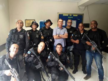 Der Abgeordnete Jair Bolsonaro posiert im Februar 2018 nach einem Polizeieinsatz in der Favela Cidade de Deus, Rio de Janeiro, mit Sondereinheiten der Militärpolizei.