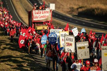 Marsch der Landlosenbewegung Brasiliens für die Freilassung von Lula. Zugleich fordert sie eine Landreform und das Ende der anti-sozialen Politik der Regierung