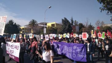 Demonstrierende in Santiago de Chile halten Bilder der Mordopfer der Diktatur hoch