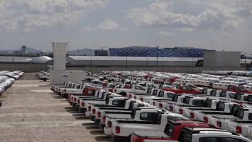Aus dem Turm inmitten der VW-Fahrzeuge soll ein Gasgemisch in die Luft geschossen werden, um Wolkenbildung zu verhindern