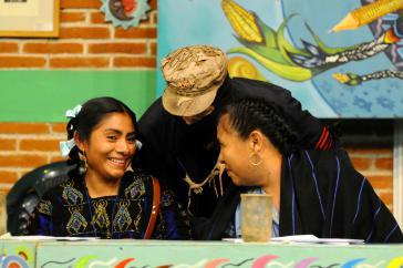 Lupita Vasquez, Überlebende des Massakers von Acteal und Ratsfrau des CIG (links), Subcomandante Galeano der EZLN und María de Jesús Patricio (v.r.n.l.) beim Kongress in Mexiko