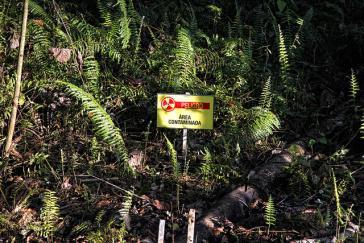 Warnschild im kontaminierten Amazonasgebiet in Ecuador. Chevron wurde nun von einem Schiedsgericht freigesprochen