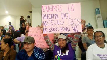 """""""Wir fordern die Reform des Artikel 133 JETZT"""": Hunderte Frauen demonstrierten am 11. April im und vor dem Parlament von El Salvador für die Entkriminalisierung der Abtreibung"""