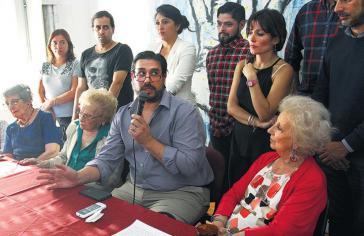 Guillermo Pérez Roisinblit bei der Pressekonferenz der Großmütter vom Plaza de Mayo in Argentinien