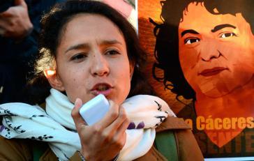 Bertha Zúñiga, die landesweite Koordinatorin von Copinh in Hionduras. Im Hintergrund ein Build von ihrer Mutter Berta Cáceres, die im März 2016 ermordet wurde