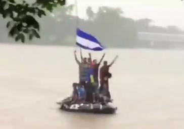 Flüchtende aus Honduras überqueren einen Grenzfluss nach Mexiko
