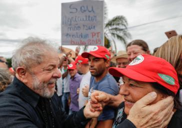 Lula da Silva, hier mit einer Anhängerin auf seiner Karawane durch den Süden von Brasilien, gilt als Favorit ür die Präsidentschaftswahlen im Oktober