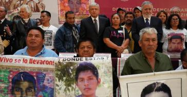 López Obrador mit Angehörigen der Opfer von Ayotzinapa