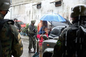 Fahrzeugkontrolle durch Militärs in einem Armenviertel im Osten Rio de Janeiros, Brasilien