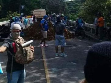 """""""Tranqueros"""" blockieren eine Straße in Trinidad, Nicaragua"""