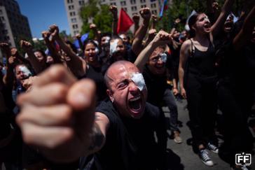Demonstranten am 12. November in Santiago de Chile zeigen Augenverletzungen durch die Polizei
