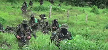 Die Paramilitärs sind in Lastkraftwagen gekommen, die alle Militär- und Polizeikontrolle passiert sind