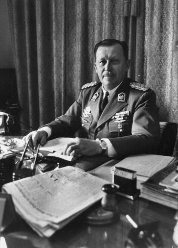 Der ehemalige paraguayische Diktator Alfredo Stroessner an seinem Schreibtisch