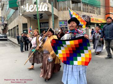 Protestmarsch gegen den Putsch nach La Paz. Eine Demonstrantin trägt die indigene Wiphala-Fahne
