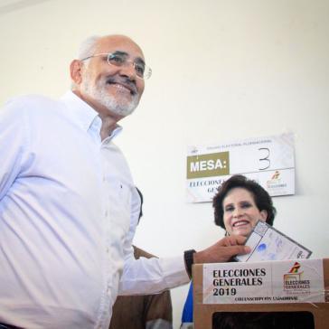Oppositionskandidat Carlos Mesa bei der Stimmabgabe