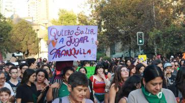 """""""Ich will ruhig draußen spielen"""" fordert diese Mädchen in Santiago de Chile"""
