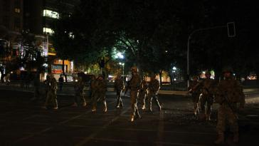Soldaten auf den Straßen von Santiago in der Nacht zum Sonntag