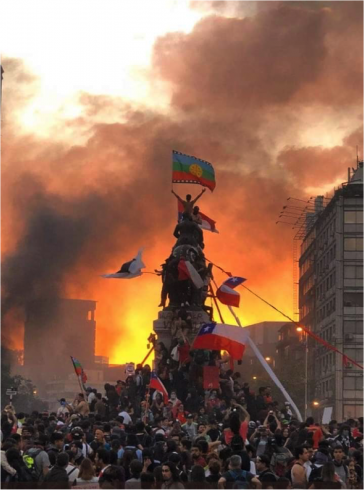 Demonstranten erklimmen in Santiago de Chile ein Denkmal