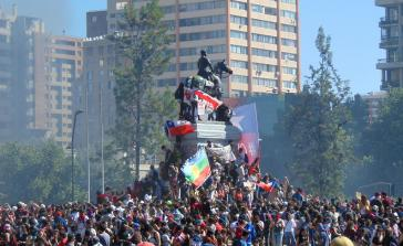 Proteste gegen die Regierung Piñera auf dem zentralen Platz der chilenischen Hauptstadt Santiago am Montag