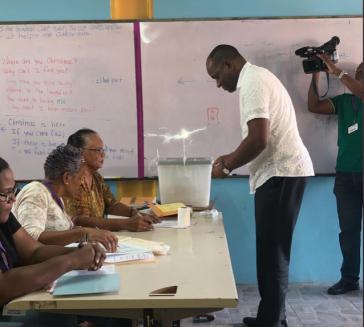 Bei der Stimmabgabe in Dominica: Premierminister Roosevelt Skerrit