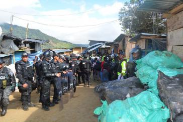 Polizisten überwachen die Räumung der illegalen Bergbausiedlung im Norden Ecuadors
