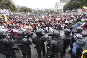 Polizei und Demonstranten in Ecuador: Bringt das Abkommen dem Land nun Ruhe?