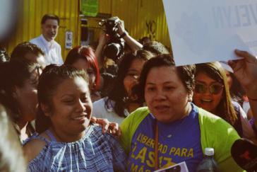 Evelyn Hernández (links) nach ihrer Freilassung im vergangenen Februar