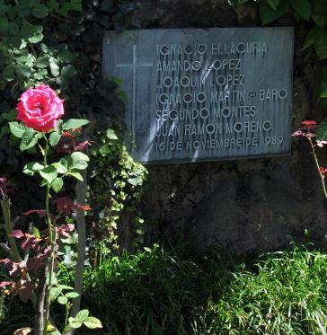 Gedenktafel für die Ermordeten im Rosengarten der UCA