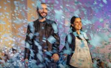 """Der Kandidat der ultrarechten Partei """"Große Allianz für nationale Einheit"""", Nayib Bukele, mit Ehefrau Gabriela nach seinem Wahlsieg am 3. Februar"""