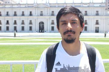 Eliacer Flores hat sein rechtes Auge verloren, er demonstriert vor dem Regierungspalast La Moneda