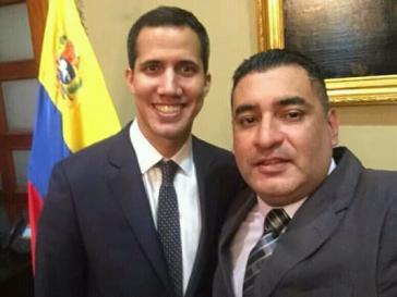 Der selbsternannte venezolanische Interimspräsident, Juan Guaidó, mit einem seiner Vertrauten und Parteifreunde, Kevin Rojas. Ihnen wird Veruntreuung von Geldern in Kolumbien vorgeworfen