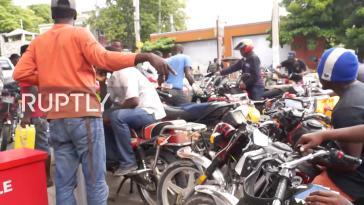 Motorradtaxis sind eines der wichtigsten Verkehrsmittel in Haiti. Seit Wochen gibt es kein Benzin mehr für sie (Screenshot)