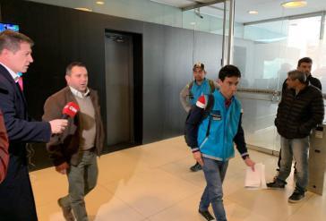 Beamte des Betrugsdezernats von Buenos Aires betreten das Gebäude des Senders