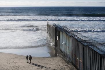 Mauer an der Grenze Mexiko-USA. Immer mehr Menschen versuchen, sie zu überwinden