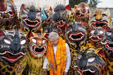 Mexikos Präsident zu Besuch in einem Bergdorf von Guerrero am 24. November. Trotz der gemischten Bilanz bleibt Amlo populär