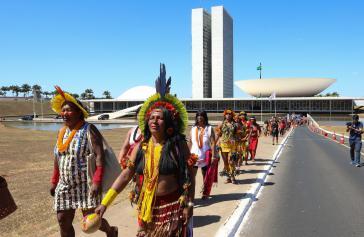 Marschieren gegen die indigenen Politik der Regierung in der Hauptstadt Brasília