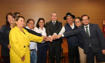 Vertreter aus der Landwirtschaft haben mit Agrarministerin Muñoz (mitte, im weißen Hemd) eine erst Übereinkunft erzielt