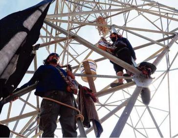 Protest gegen Stromtrasse: Aktivisten aus La Dormida ketteten sich Anfang April an einem Strommast an