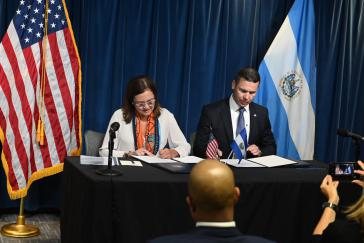 Die salvadorianische Außenministerin Alexandra Hill und der US-Minister für Heimatschutz, Kevin McAleenan bei der Unterzeichnung des Migrationsabkommens