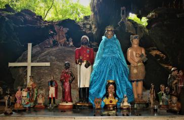 Die Höhlen im Berg werden auch spirituell genutzt